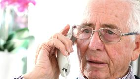 Ongerust gemaakte Hogere Mens die Telefoon thuis beantwoorden stock footage