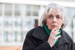 Ongerust gemaakte Hogere Vrouw die in openlucht Verloren kijken royalty-vrije stock afbeelding