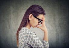 Ongerust gemaakte jonge vrouw in depressie stock afbeelding