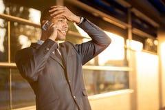 Ongerust gemaakte jonge zakenman die op de mobiele telefoon spreken Royalty-vrije Stock Fotografie