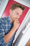 Ongerust gemaakte mens die met rekening het verwarmen thermostaat afwijzen royalty-vrije stock afbeelding