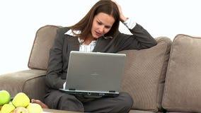 Ongerust gemaakte onderneemster die een fout op laptop hebben gemaakt stock videobeelden