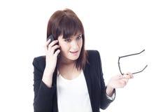 Ongerust gemaakte onderneemster die op de telefoon spreekt Royalty-vrije Stock Fotografie