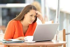Ongerust gemaakte ondernemer die slecht online nieuws lezen royalty-vrije stock afbeeldingen