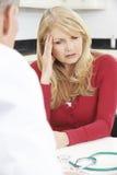 Ongerust gemaakte Rijpe Vrouwenvergadering met Arts In Surgery stock afbeelding
