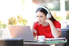 Ongerust gemaakte student e-lerende het letten op leerprogramma's op laptop stock afbeeldingen