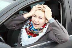 Ongerust gemaakte vrouw in auto Stock Foto