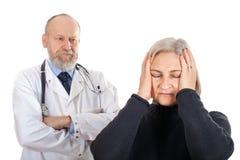 Ongerust gemaakte vrouw bij de arts stock foto