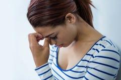 Ongerust gemaakte vrouw met hoofd in handen stock afbeelding