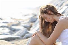 Ongerust gemaakte vrouw op het strand Stock Foto's