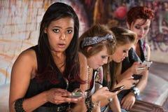 Ongerust gemaakte Vrouwelijke Texting stock foto