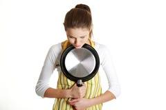 Ongerust gemaakte vrouwelijke tiener met een pan. Stock Fotografie