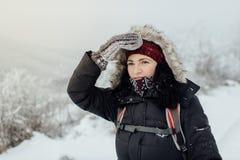 Ongerust gemaakte vrouwelijke toerist die moeilijkheid hebben die de juiste manier vinden Royalty-vrije Stock Foto's