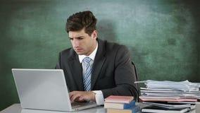 Ongerust gemaakte zakenman die laptop met behulp van stock videobeelden