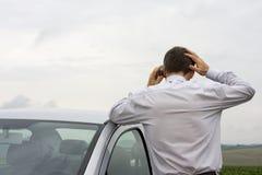 Ongerust gemaakte zakenman die op celtelefoon spreekt Stock Foto