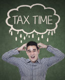 Ongerust gemaakte zakenman het denken belastingstijd Stock Foto's