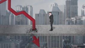 Ongerust gemaakte zakenman met dalende grafiek stock videobeelden