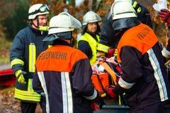 Ongeval - Brandbrigade, Slachtoffer met ademhalingsapparaat stock afbeelding