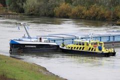 Ongeval met stuurloos vrachtschip bij Nederlandse rivier Stock Foto's