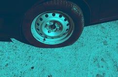 Ongeval op de weg met schade aan de auto geklopt wiel royalty-vrije stock afbeeldingen