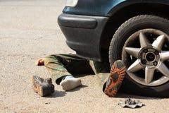 Ongeval weinig jongen met een personenauto Stock Foto's