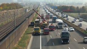 Ongevallenontruiming na een vrachtwagenongeval stock footage