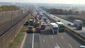 Ongevallenontruiming na een vrachtwagenongeval stock video