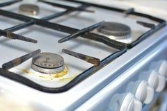 Ongewassen gasfornuis Het concept zorg en onderhoud van gastoestellen royalty-vrije stock fotografie