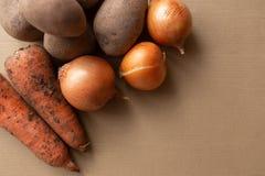 Ongewassen groenten op lijst royalty-vrije stock foto's