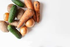 Ongewassen groenten op witte lijst stock fotografie