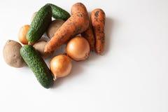 Ongewassen groenten op witte lijst stock afbeelding