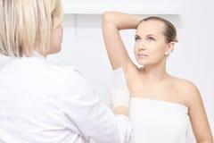Ongewenste epilation van de haarwas Jonge Vrouw 15 de behandelingsprocedure van de de kosmetieksalon Huis het in de was zetten royalty-vrije stock afbeeldingen