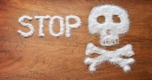 Ongezond concept Witte suikervoorwerpen op bruine achtergrond stock afbeelding