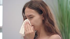 Ongezond jong meisje met lopende neus terwijl koude ziekte die in zakdoek niezen stock footage