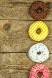 Ongezond Voedsel Donuts op een Houten Lijst Gevaren van zwaarlijvigheid en diabetes Verkoop van snoepjes Donuts voor ontbijt stock foto
