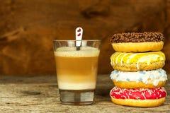 Ongezond Voedsel Donuts op een Houten Lijst Koffie aan dessert Gevaren van zwaarlijvigheid en diabetes Verkoop van snoepjes Donut stock foto