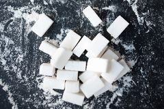 Ongezond voedselconcept - suiker en bloem op een zwarte achtergrond royalty-vrije stock afbeelding