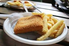 Ongezonde gouden gebraden kaas met chips Stock Fotografie