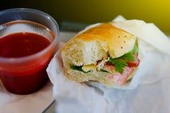 Ongezonde kost op het vliegtuig, met tomatesap Stock Afbeelding