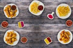 Ongezonde kost Snel voedsel Frieten, been, sausen op de lijst Royalty-vrije Stock Foto's