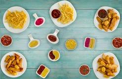 Ongezonde kost Snel voedsel Frieten, been, sausen op de lijst Royalty-vrije Stock Foto