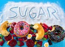 Ongezonde maar heerlijke groep zoete doughnutcakes en veel g stock foto's