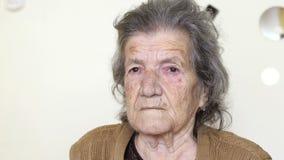 ongezonde oude vrouw die, droefheid op haar hopeloos gezicht schreeuwen stock footage