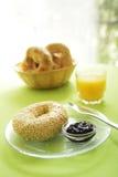 Ongezuurd broodje bij ontbijt Stock Afbeeldingen