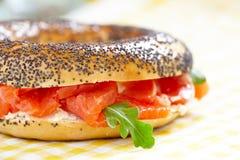 Ongezuurd broodje en lox Stock Fotografie