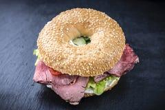 Ongezuurd broodje met Braadstukrundvlees Stock Foto's