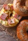 Ongezuurd broodje met ei en baconclose-up verticale mening van hierboven Stock Afbeelding