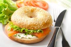Ongezuurd broodje met Gerookte Zalm Stock Afbeelding