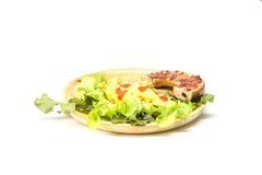 Ongezuurd broodje met omelet en verse kruiden Royalty-vrije Stock Fotografie