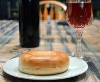 Ongezuurd broodje met wijn voor diner stock foto's